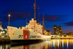 Kustbevakningen Cutter för USGC Taney på natten, i den inre hamnen royaltyfri fotografi