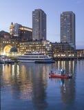 Kustbevakningen patrullerar den Boston hamnen arkivbilder
