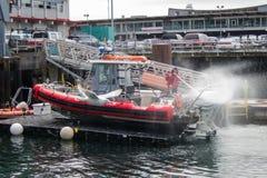 Kustbevakningfartyg som sköljas av Arkivbild