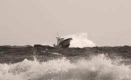Kustbevakningpatrullfartyget längs havet Royaltyfria Bilder