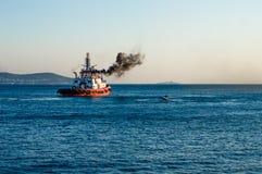 Kustbevakningskyttel som sänder ut svart rök som kryssar omkring i Istanbul Royaltyfria Bilder