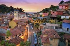 Kustdorp bij Zonsondergang in Asturias, Spanje Stock Foto's