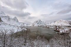 Kustdorp in Noorwegen stock afbeeldingen