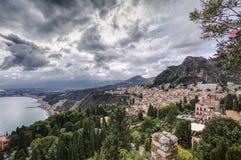 Kustdorp op een heuvel Stock Fotografie