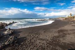 Kusten av Atlantic Ocean i Puerto de la Cruz, en av mosen Arkivfoto