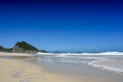Kusten av Atlantic Ocean på den Leme stranden med Forte- Duque de Ca arkivfoton