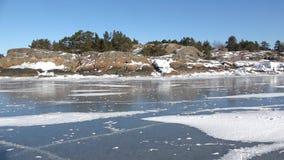 Kusten av den djupfrysta golfen av Finland på en solig vinterdag Hanko Finland arkivfilmer