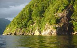 Kusten av den Norge fjorden Arkivfoto
