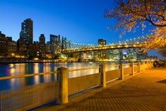 Kusten av den Roosevelt Island och Queensboro bron i Manhattan Royaltyfri Bild