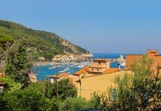 Kusten av det Tyrrhenian havet, Marciana Marina på Elba Island, Royaltyfria Bilder