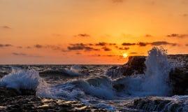 Kusten av Kaspiska havet på soluppgång Arkivfoton
