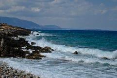 Kusten av Kreta och havet vinkar i Grekland Arkivfoto