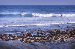 Kusten av Malibu, Kalifornien vinkar, vaggar och stranden royaltyfri fotografi