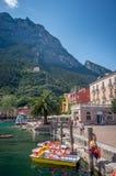 Kusten av sjön Garda under sommaren, Riva del Garda arkivbild