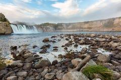 kusten faller vattenfall västra zealand för den nya floden för ömariuamaruiaen södra Arkivfoton