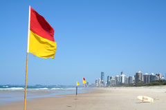 kusten flags guldsäkerhetssimning Royaltyfri Bild