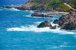 kusten möter det blåa havet Arkivfoton