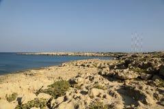 Kusten med dess steniga strand och frikändvatten Royaltyfri Fotografi