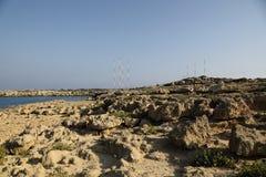 Kusten med dess steniga strand och frikändvatten Arkivfoton