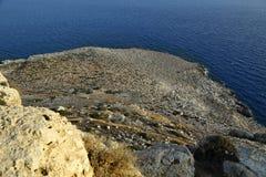 Kusten med dess steniga strand och frikändvatten Höghusshooti Fotografering för Bildbyråer