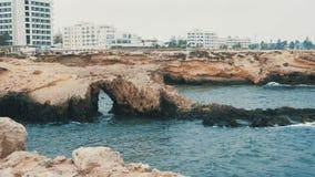 Kusten med vaggar och kustlinjen med byggnader i den Monastir staden lager videofilmer