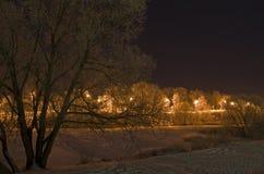 Kusten van een ijzige rivier bij nacht. Royalty-vrije Stock Foto's