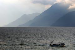 Kusten van het Meer Atitlan Stock Afbeeldingen