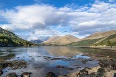 Kusten van Loch Creran door de Loch brug van Creran Royalty-vrije Stock Foto