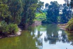 Kuster av Jordan River på den dop- platsen arkivfoton