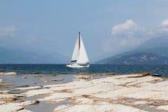 Kuster av sjön Garda royaltyfri bild