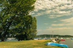 Kuster av sjön Maggiore med växter, solen och fartyg Arkivfoton