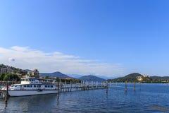 Kuster av sjön Maggiore med växter, solen och fartyg Royaltyfri Fotografi