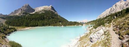 Kuster av sjön Sorapis, Dolomites, Italien royaltyfria bilder