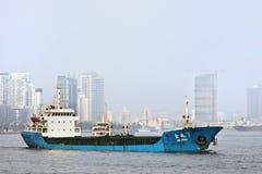 Kustfartyg på Huangpu River, Shanghai, Kina royaltyfria foton
