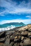Kusthoogtepunt van rotsen en golven die van overzees de rotsen raken Stock Foto