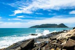 Kusthoogtepunt van rotsen en golven die van overzees de rotsen raken Royalty-vrije Stock Fotografie