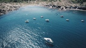 Kustlandschap in een zonnige dag in het Middellandse-Zeegebied royalty-vrije stock afbeelding