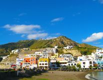 Kustlandschap met jachthaven van Casamicciola Terme, Ischia Eiland, Italië Royalty-vrije Stock Fotografie