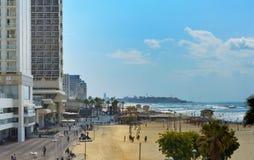 Kustlandschap met promenade en zandig strand in Tel Aviv stock fotografie