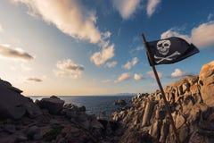 Kustlandschap van rotsen met heel de vlag van Roger royalty-vrije stock afbeeldingen