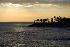Kustlijn bij zonsondergang in Laguna Beach, Californië royalty-vrije stock afbeeldingen