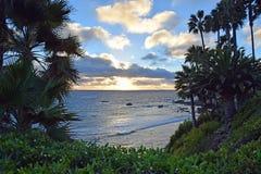 Kustlijn bij zonsondergang in Laguna Beach, Californië stock afbeelding