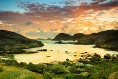 Kustlijn bij zonsondergang in Noorwegen Stock Afbeeldingen