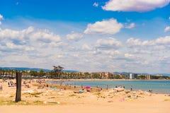 Kustlijn Costa Dorada, strand in La Pineda, Tarragona, Catalunya, Spanje Exemplaarruimte voor tekst Stock Foto