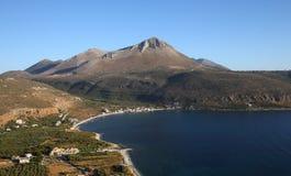 Kustlijn dichtbij Limeni-dorp, de Peloponnesus, Griekenland royalty-vrije stock afbeeldingen