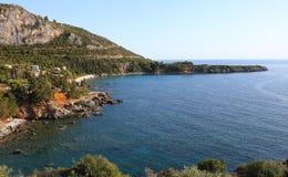 Kustlijn dichtbij Stoupa-dorp, de Peloponnesus, Griekenland stock foto