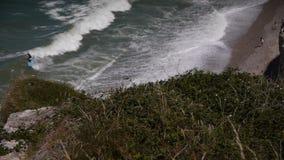 Kustlijn in Etretat in Normandië, Frankrijk stock footage