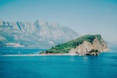 Kustlijn met Sinterklaas-eiland in Budva stock foto