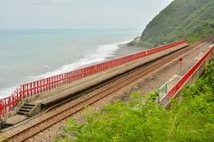 Kustlijn met spoorweg stock foto's