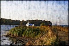 Kustlijn met veerboot en vrachtwagenmixer Stock Afbeelding